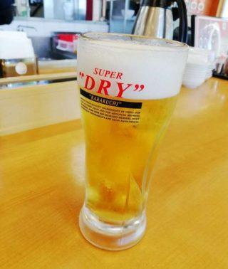 生ビールの中ジョッキを飲む